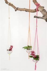 Makramee Garn Für Blumenampel : diy f r h ngende mini makramee vasen how to make hanging vases macrame schere garn papier ~ Frokenaadalensverden.com Haus und Dekorationen