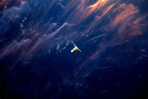 Cygnus Approaching Space Station in the Sunset – wordlessTech