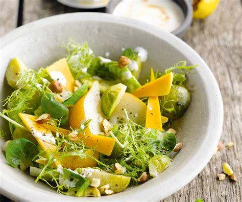 comment cuisiner les choux de bruxelles entrée facile salade de choux de bruxelles aux poires et