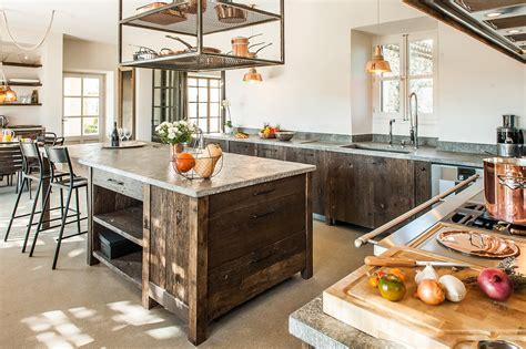 ilot central dans cuisine cuisine moderne quot sublimée quot en planches anciennes laurent passe