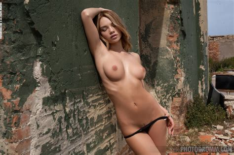 Nici Dee Busty Babe At Photodromm Pretty Face And Sexy Body