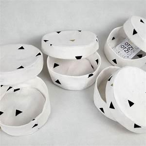 Boite Ronde Blanche : bo te bijoux ronde en tissu blanche avec triangles noirs et dor s otziotzi ~ Teatrodelosmanantiales.com Idées de Décoration
