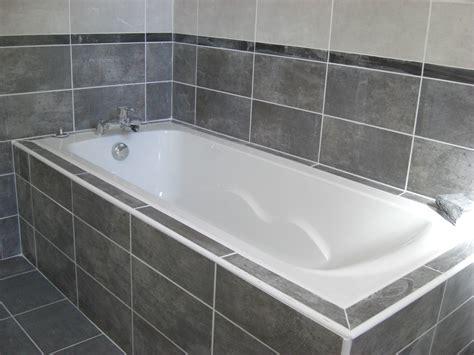 salle de bain et gris une salle de bain avec baignoire et une association de fa 239 ences gris clair et gris fonc 233 pos 233 es