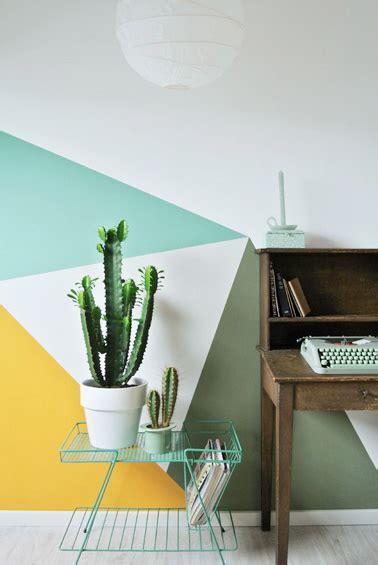 aux bureaux un bureau aux formes géométriques colorées et design