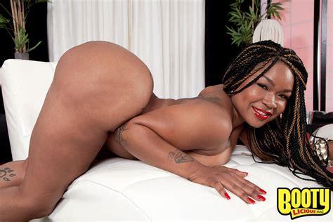 Ebony Babe Diamond Monroe Flaunts Her Huge Butt Of