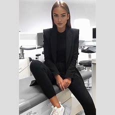 Moderne Zufällige Schicke Frau Mit Schwarzem Anzug Und