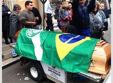 Com bandeiras do Palmeiras e do Brasil, Oberdan Cattani é