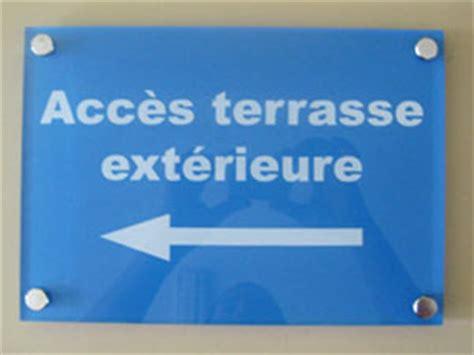 bureau en plexiglas plaques de signaletiques professionnelles plexiglas de rue
