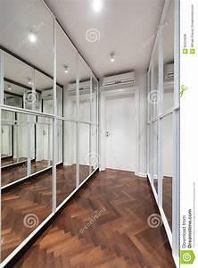 Porte De Couloir : int rieur moderne de couloir avec des portes de garde robe de miroir photo stock image 62254008 ~ Nature-et-papiers.com Idées de Décoration