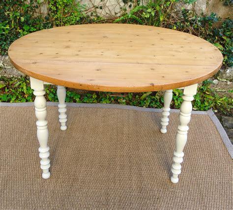 table ronde cuisine ancienne table ronde de cuisine à volets avec plateau en pion et pieds en merisier