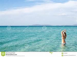 Wasser Steht In Der Spülmaschine : zur ck von der sch nheit die den blauen bikini steht im wasser auf mittelmeerk ste cesme ~ Orissabook.com Haus und Dekorationen