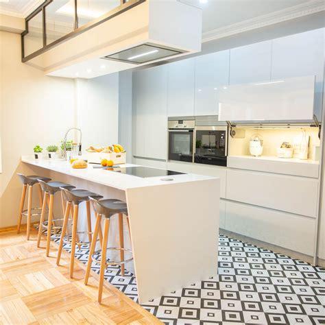 cocina moderna en blanco  isla  cambio de pavimento