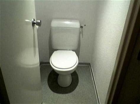 ivre il plonge la t 234 te de sa femme dans les toilettes
