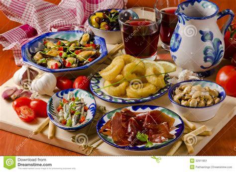 cuisine espagnole cuisine espagnole tapas assortis des plats en céramique