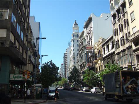 File:Calle céntrica de Montevideo, Uruguay.jpg - Wikimedia ...