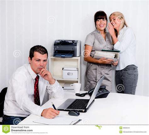 dans le bureau intimider au travail dans le bureau photo stock image du