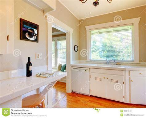 cuisine cerise cuisine blanche avec le plancher en bois dur de cerise