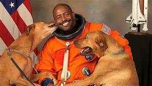 Astronaut Leland Melvin Takes NASA Photo With His Dogs ...