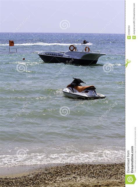 Motorboot Jetski by Jetski En Een Motorboot Stock Afbeeldingen Afbeelding