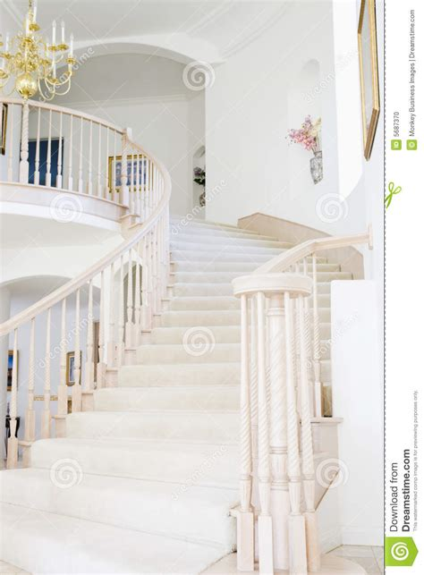 escalier vide dans la maison luxueuse photo stock image