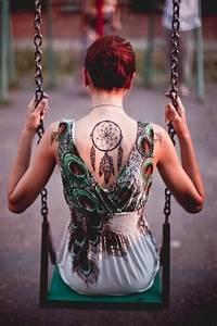 Tatouage Capteur De Rêve : capteur de reve femme a tatouer centre du dos sous la nuque tatouage femme ~ Melissatoandfro.com Idées de Décoration