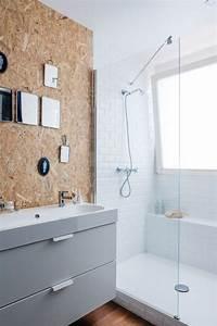 Panneau Deco Salle De Bain : id e d coration salle de bain douche spacieuse carrelage m tro blanc et panneau de bois osb ~ Melissatoandfro.com Idées de Décoration
