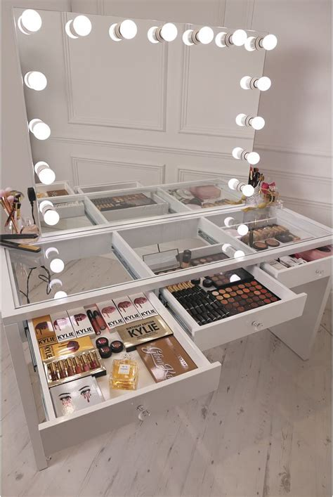 Makeup Vanity Table With Lighted Mirror Uk by 25 Best Ideas About Mirror With Lights On
