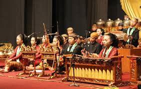Pengertian seni musik secara umum adalah sebuah cabang seni yang fokus menggunakan melodi, irama, tempo, harmoni, dan vocal yang berperan sebagai sarana dalam menuangkan perasaan penciptanya. Seni Budaya Adiluhung : Pengertian Tentang Gamelan