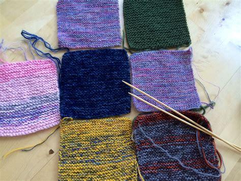 DIY strikking, lappeteppe, knitting. Mitt bidrag i lappeteppedugnaden skal snart sendes avgårde ...