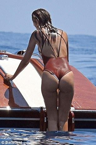 Emily Ratajkowski shows off her toned figure in Italy ...