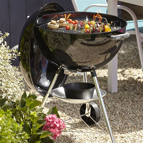 pr 233 sentation le barbecue weber bar b kettle 57cm au charbon de bois