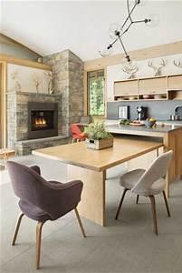 Grand coin repas dans une cuisine moderne en bois clair for Deco cuisine avec chaise bois