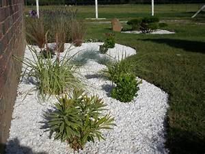 realisation d39un massif de graminees et galets blancs With amenager une terrasse exterieure 16 quelles plantes pour un massif de bord de piscine