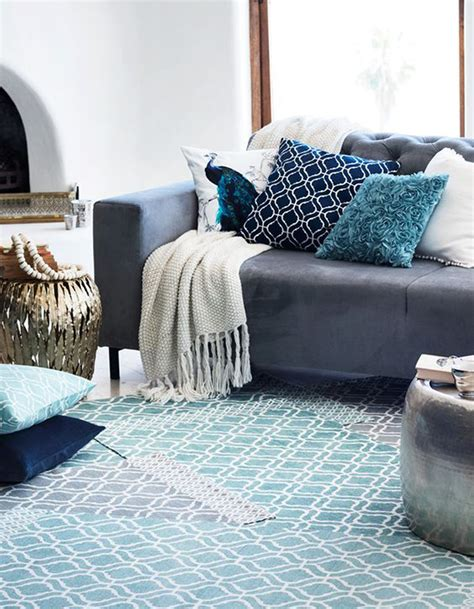 coussin sur canapé gris 65 idées déco pour accompagner un canapé gris