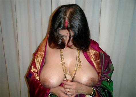 Aunty In Saree Stripping Her Blouse Bra Petticoat Panties