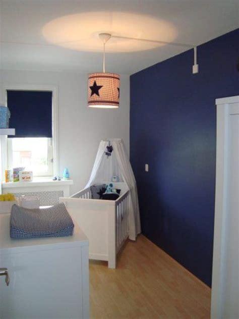blauwe muur en blauw gordijn babykamerkinderkamer