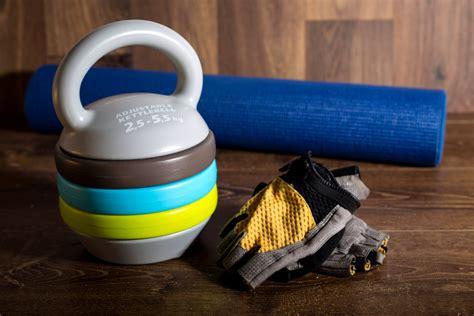 kettlebell adjustable gloves wooden yogamat domoren achtergrond fitness weights dumbbells cycle mat yoga training kettlebells blauwe geschiktheid voor oranje touwtjespringen