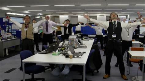 Ginnastica In Ufficio I Giapponesi Fanno Ginnastica In Ufficio Aiuta A Lavorare