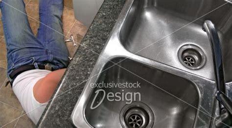 tuyauterie evier cuisine banque d 39 image réparer la tuyauterie sous l 39 évier de la