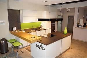 Küchen Mit Bar : zeyko musterk che moderne einbauk che mit kochinsel und theke ausstellungsk che in augsburg ~ Markanthonyermac.com Haus und Dekorationen
