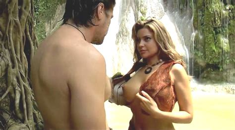 Nackte Monica Leigh In Water Wars