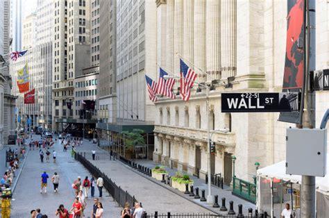 wall streets winning streak ends  bank predicts declines