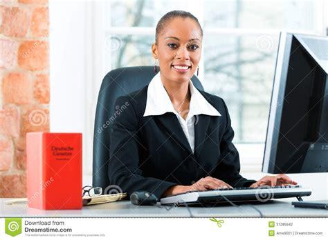 bureau avocat avocat dans bureau avec le livre de loi sur l