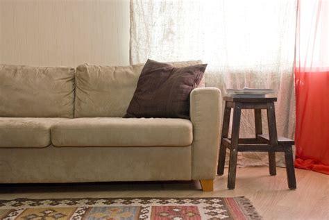 canape daim détacher un canapé en daim clair les astucieux