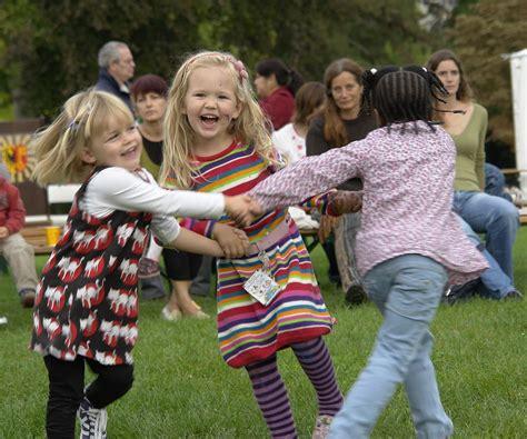 خوشحالی ویکی پدیا دانشنامه آزاد 429   1200px Children dancing%2C Geneva