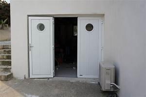 Porte De Service Aluminium : porte de garage trois battants blanche avec hublots ~ Dailycaller-alerts.com Idées de Décoration