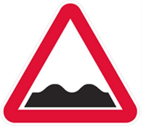 In ce situatii asezarea de obstacole pe drumul public,de mijloace de semnalizare rutiera,participarea la intreceri pe drumul public constituie infractiunea de impiedicarea sau îngreunarea circulaţiei pe drumurile publice