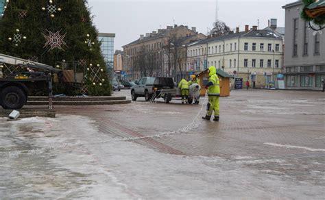 Pilsētas centrā demontē svētku dekorus un egli