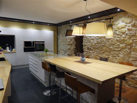 cuisine en noir et blanc cuisine laquée blanche et bois frêne massif carrelage
