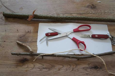 schweizer taschenmesser holz haselnuss und schweizer taschenmesser outdoor kinder schnitzen sich einen wurfpfeil
